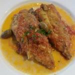 Filetto di tonno impanato e fritto servito con un sughetto con olive