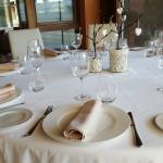 Mesa redonda del restaurante en porche acristalado