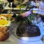 steack grillé avec belle garniture de crudités et fruits + sauce à part