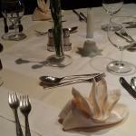 Klassisch gedeckter Tisch mit Silberbesteck