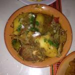 Couscous, rijst en dipsaus met lamsvlees. Redelijk eten en een authentieke sfeer met zachte Arab