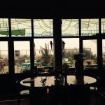 Glas in lood en uitzicht op terras vanuit eet- en leeszaal
