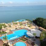 從飯店的陽台往下看,就是無邊際游泳池,光是下面看見的就有三個泳池了!