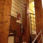 Aulasta kerrokseen johtavat portaat
