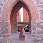 Una pequeña capilla de monjas al fondo
