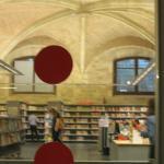 Люди занимаются в библиотеке
