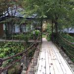 宿の中を流れる渓流にかかる橋