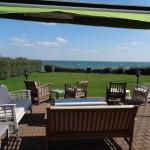 Le jardin et la vue sur la mer depuis la terrasse