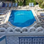 La piscina de la pensión. Muy bonita.
