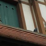 Detalle de ventana con adornos del alero