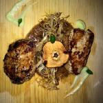 Spaguetti de chilacayote frito con cerdo, costra de datil, crema de calabaza y hojas de menta.