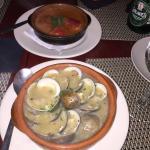 Almejas Bon Picat y los piquillo relleno de Bacalao y salsa a la vizcaina