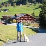 das schöne Hotel Alpenland in Lauenen und unser Hund Tobi