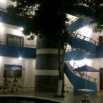 Área de piscina del hotel vista de noche.