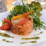 Tartare de Saumon frais, Roquette sauvage et sa vinaigrette aux agrumes