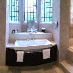 Monro suite bathroom