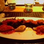 encornets farcis aux scampi et langoustines, pâtes à l'encre de seiche et son concassé de tomate