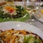 Lasagne med salat og vin