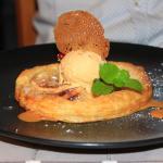 Tarte fine aux pommes,crème d'amandes,glace caramel au beurre salé.