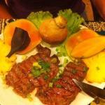 Pavés de bœuf avec pain banane, banane cuit, ananas, mangue...
