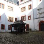 Burghof mit Brunnen
