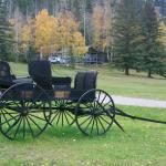 Old entrance met op achtergrond de Grey Cabin