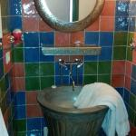 Mexique : salle de bain. La douche est faite avec les mêmes carreaux