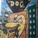 Divertente e simpatico murales sul lato del locale