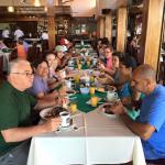 Desayunando con un grupo mas