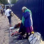 Vendedora de artesanías hablando en Mazahua por celular
