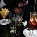 Ensalada de fruta, helado y trago