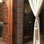 Détails des boiseries et mosaïques traditionnelles