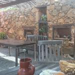 Plats typiques sur une jolie terrasse ombragée