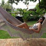 Jardim com redes, almofadas e puff para descanso. Agradável e silencioso. Somente barulho dos pá