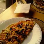 Пересушенная пицца с непонятной начинкой, на заднем плане - поданные без подставки салфетки