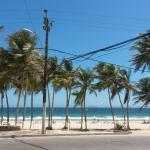 Camina como 100 metros del hotel y ahi mismito esta playa el agua