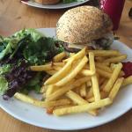 Chez Inglewood, on y mange de très bon burger, la salle de restaurant est juste un peu bruyante.