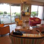 Le salon de l'hôtel avec vue sur mer