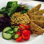 Assiette végétarienne. Houmous maison à la citronnelle, salade de lentilles corail et quinoa, cr