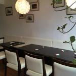 白壁と木目のテーブルの明るい店内
