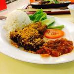 ข้าวเนื้อทอดนำ้พริก จากร้านAyam penyet