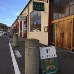 レストラン入口外観と看板