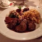 Rehschnitzel mit Calvadossauce Herbstgarnitur und hausgemachte Spätzli