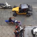 loueur de moto et autres véhicule sous les fenêtres de l hôtel