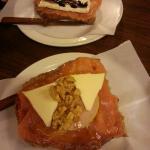 tosta de ahumado con brie y de salmón con queso, nueces y miel