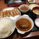 餃子とハンバーグ定食
