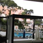 Ausblick aus unserem Zimmer von der Terrasse auf den Pool und dahinter den Strandabschnitt