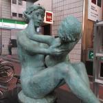 舗道上に置かれたブロンズ像