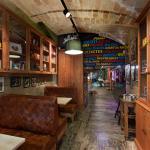 L'entrada és un espai confortable i alhora una biblioteca d'andròmines del segle XX.