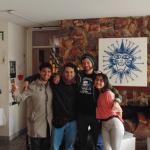 En el living del hostal con Jeremy de Austria y Yerko y Genesis de Chile.